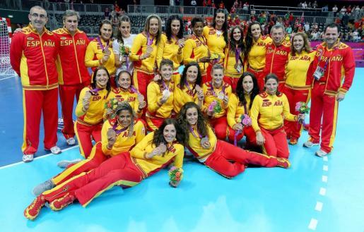 Las españolas celebran el bronce de balonmano.