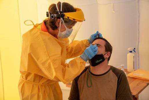 Un paciente haciéndose una prueba para PCR: