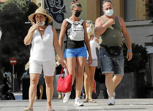 Los fumadores lo van a tener más complicado desde este viernes y durante los próximos 15 días, porque los policías locales podrán poner multas de hasta 100 euros a quien incumpla la orden. No se podrá fumar en ningún espacio público, tampoco en las playas.