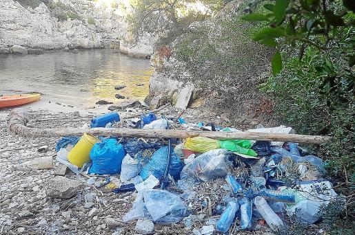 Entre la basura acumulada en Cala Figuera había prácticamente de todo.