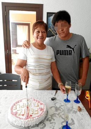 La víctima, Gloria Zavala, de 53 años, junto a su hijo.