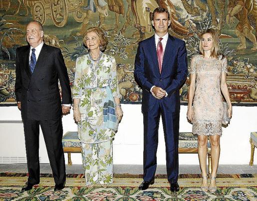 Don Juan Carlos, doña Sofía y los príncipes Felipe y Letizia posaron para los fotógrafos antes de recibir a sus invitados.