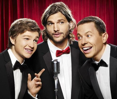 Asthon Kutcher (centro) en una imagen de 'Dos hombres y medio'.