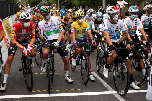 Los ciclistas en la línea de salida de la primera etapa, en Niza.
