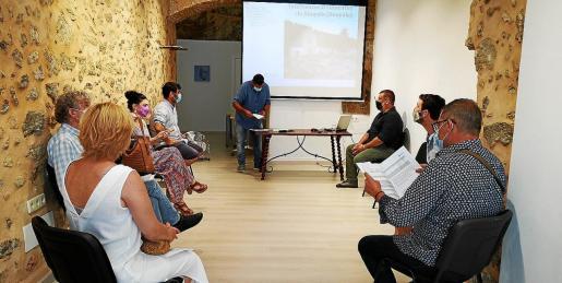 Los representantes de la empresa ATICS explicaron el plan de excavación a políticos y familiares de las víctimas.