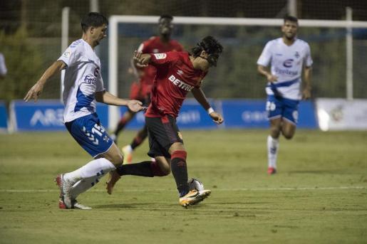 Luka Romero, futbolista del Real Mallorca, intenta avanzar con el balón ante un jugador del Tenerife, este sábado, en el Pinatar Arena.