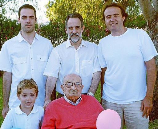 Cuatro generaciones con el mismo nombre: Pau Verd y su bisabuelo, el homenajeado Pau Llop Pelegrí y, detrás, Pau Llop, Pau Llop y Pau Verd Llop.