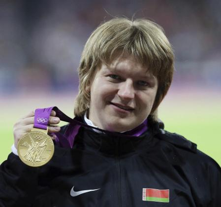 La lanzadora de peso Ostapchuk, perderá el oro conseguido tras encontrar sustancias dopantes en su orina.