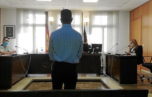El acusado en una sala de lo Penal de los juzgados de Vía Alemania de Palma.