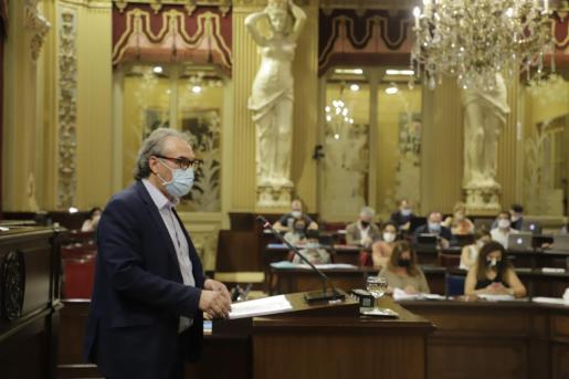 EL conseller d'Eduació, Martí March, en el pleno del Parlament este martes.