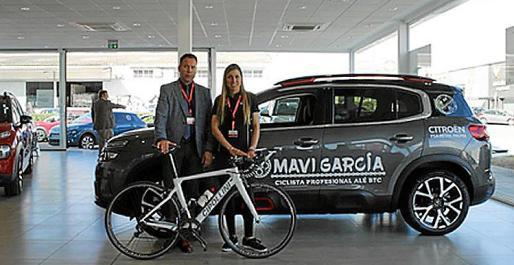 Pedro Llinás y Mavi García en la presentación oficial de la ciclista como embajadora del concesionario.