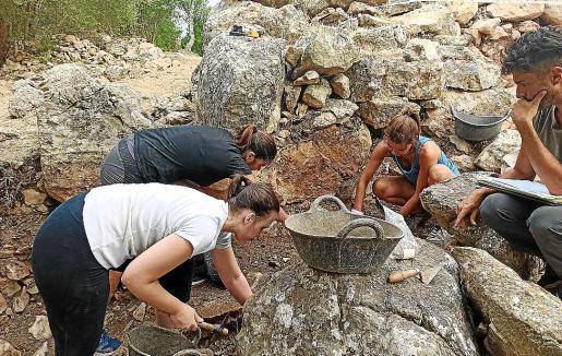 Las tareas de excavación y documentación se llevan a cabo con sumo cuidado.