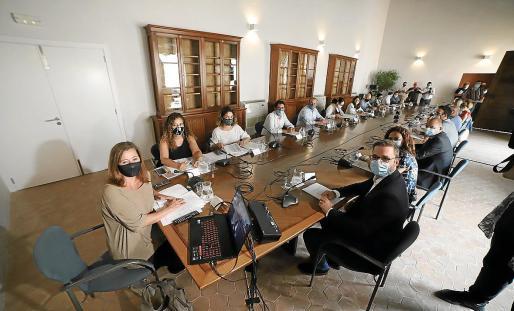 Francina Armengol presidió la reunión de la comisión de seguimiento del plan.