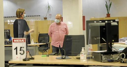 Las oficinas aparecen blindadas por mamparas de metacrilato, en especial las áreas en las que se atiende directamente al público y entre puestos de trabajo.