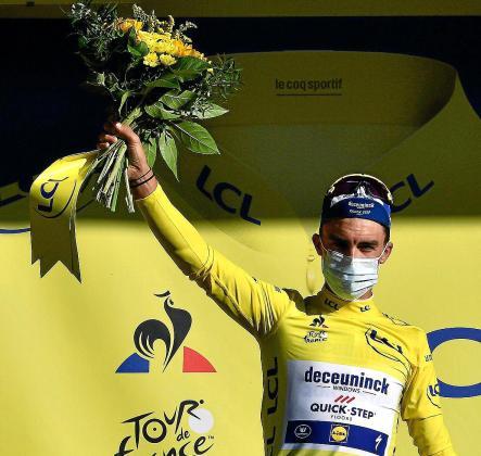 Julian Alaphilippe celebra su liderato en el podio al término de la cuarta etapa del Tour.