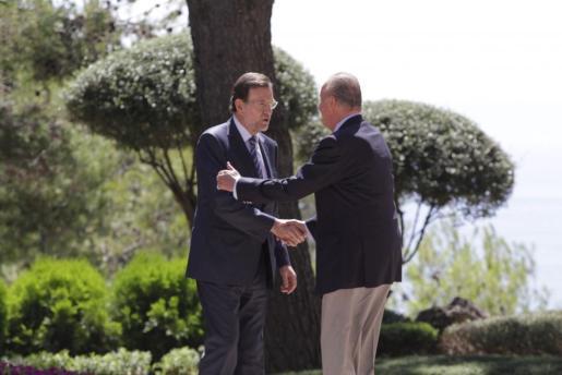Don Juan Carlos ha recibido con una apretón de manos a Rajoy.