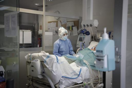 Un sanitario atiende a un paciente en la UCI en Mallorca.