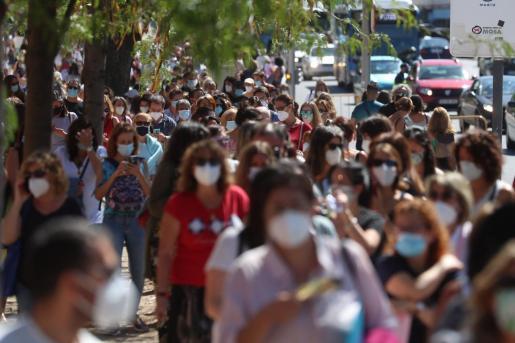 Cientos de profesores y personal que trabaja en los centros de educación esperan para realizarse el test de anticuerpos de la Covid-19 en el IES Virgen de la Paloma.