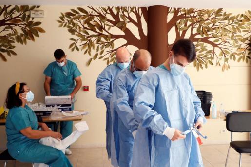 Sanitarios se preparan para realizar pruebas PCR.