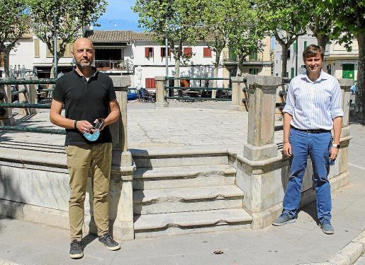 Bernat Quetglas (X Maria) y Jaume Ferriol escenificaron en la plaza de Maria de la Salut el acuerdo al que han llegado para presentar la moción de censura.