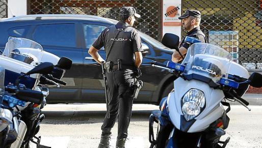 Dos agentes de la Policía Nacional, en la Soledat.