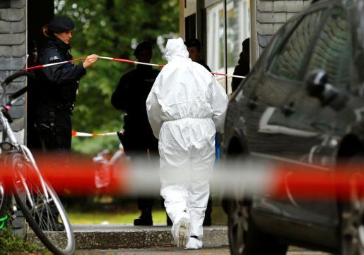 Agentes de policía en la casa en la que han encontrado a los cadáveres de los cinco niños.