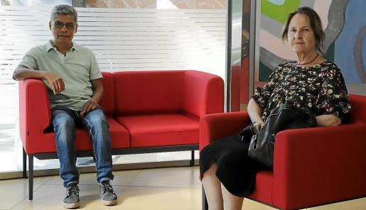 El portavoz Lino Salas y la presidenta del Teléfono de la Esperanza en Baleares, Antònia Torres.