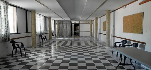 El colegio Nuestra Señora de la Providencia dispone de un tercer local, después de que tuviera que habilitar dos espacios más en la escuela para impartir las clases. Se trata de esta sala de reuniones de la Parroquia Sant Antoni Abad.