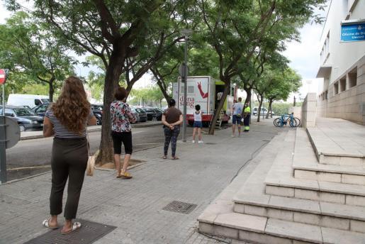 Vecino de Son Gotleu haciendo cola para acceder al autobús del Banc de Sang, en el que se realizan las pruebas de PCR.