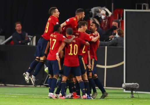 Los jugadores de la selección española celebran el gol del empate ante Alemania.
