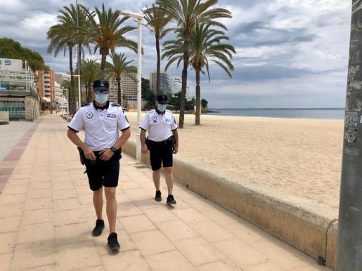 La Policía Local de Calvià, en pleno control de las medidas. Se trata de uno de los municipios con más casos de coronavirus.
