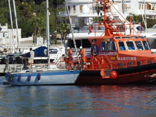 Momento en que Salvamento Marítimo amarra el velero en el Port d'Andratx.