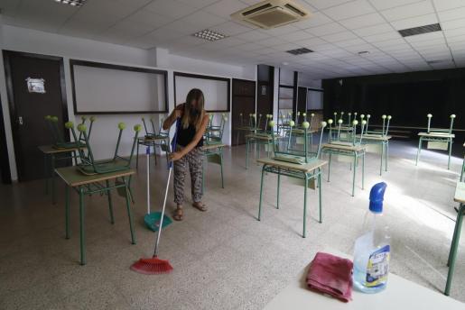 Actividades de limpieza en el CEIP Mateu Fontirroig, en el marco de los preparativos para el inicio del curso 2020-2021.