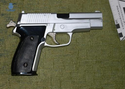 Imagen del arma de fuego simulada con la que golpearon a la víctima.