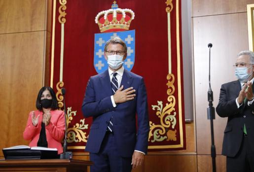 El presidente de la Xunta, Alberto Núñez Feijóo, tras jurar su cargo en presencia de la ministra de Política Territorial Carolina Darias, y del presidente del parlamento, Miguel Santalices.
