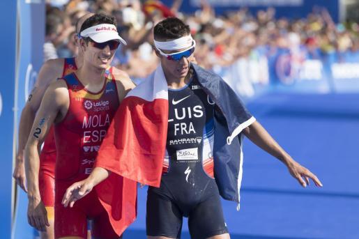 Imagen de Mario Mola -izquierda- junto al campeón del mundo, Vincent Luis, tras cruzar la meta en Lausana el año pasado.