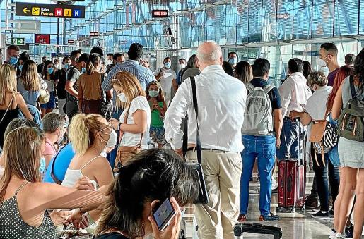 Imagen de la salida de un vuelo hacia Palma el pasado viernes desde Madrid, con gran aglomeración de viajeros. Las compañías retoman su actividad tras el parón por el estado de alarma y la acumulación de demandas por la negativa a devolver el importe de billetes anulados.