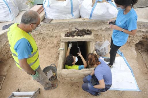 Sorpresas. Un osario dentro de una de las zonas de búsqueda y otra en una cueva cerrada por una pared del cementerio han ampliado las posibilidades de la investigación, que finalizará la próxima semana.
