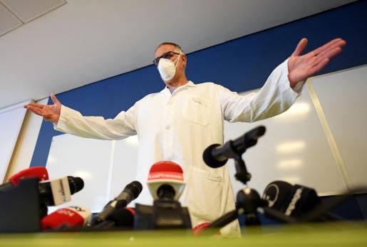 El médico personal de Berlusconi, Alberto Zangrillo, durante la rueda de prensa para informar del estado de salud del exprimer ministro italiano.