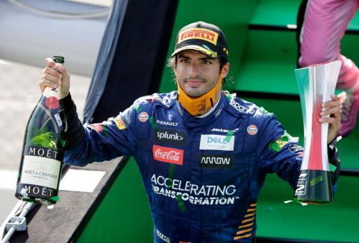 El piloto español, con su trofeo tras bajar del podio.