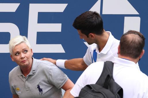 Djokovic se disculpa con la juez de línea tras darle un pelotazo involuntario que ha supuesto su descalificación del US Open durante su partido ante Pablo Carreño.