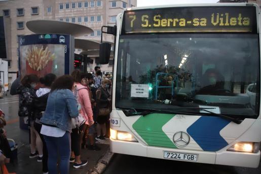 Imagen de un autobús de servicios mínimos.