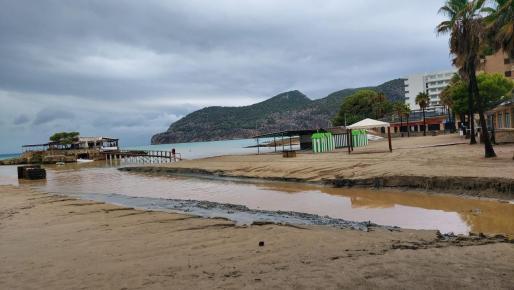 Imagen de la playa de Camp de Mar, tras el paso de la tormenta. La torre de los socorristas se ha caído por la fuerza del agua.