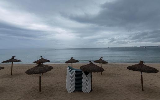 Vista de la Playa de Can Pere Antoni de Palma de Mallorca este lunes, cerrada por vertidos.