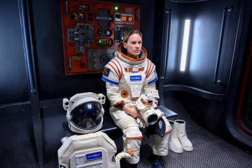Fotografía sin fecha cedida por Netflix que muestra a Hilary Swank interpretando a Emma Green en el episodio 101 de la serie 'Away'.