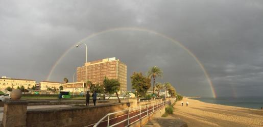 Un arcoirís en Palma a última hora de la tarde de este lunes.