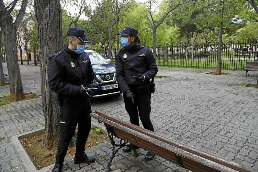 Dos policías en Son Gotleu, una de las zonas de Palma más afectadas, durante el estado de alarma.