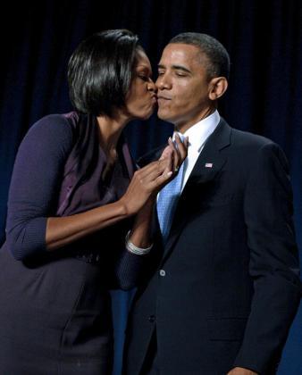 Barack Obama recibe un beso de felicitación de la primera dama estadounidense tras su intervención en el Desayuno Nacional de Oración en Washington.