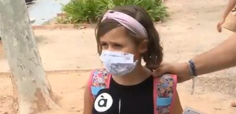 La pequeña da una sensata explicación sobre el uso de mascarilla.