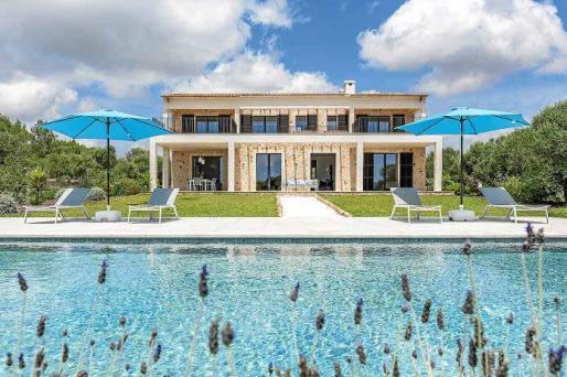 La perfecta simetría de la edificación aporta una sensación de orden, solidez y clasicismo a una villa que es todo un sueño.